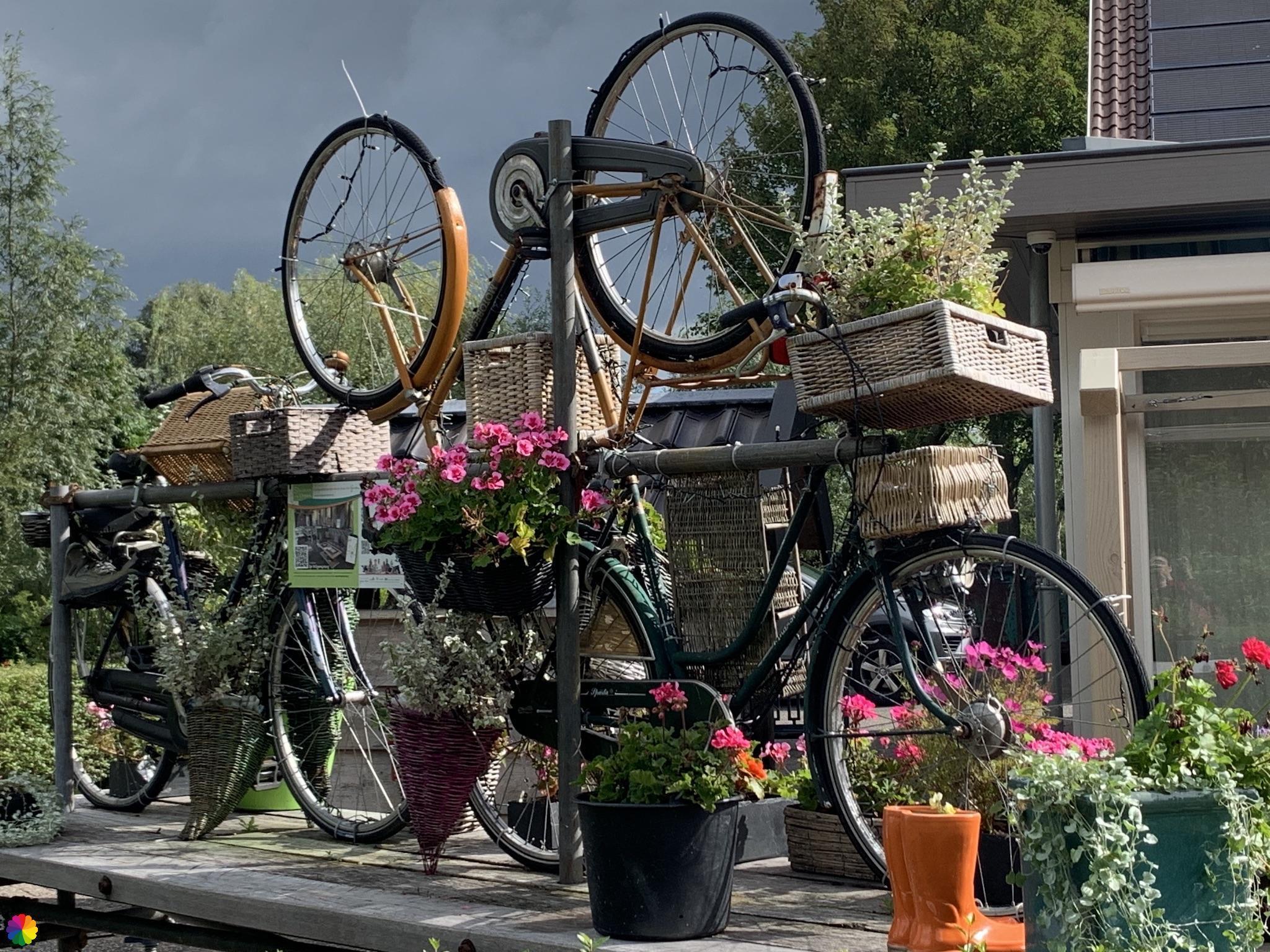 Kunstwerk van fietsen bij Willige Langerak