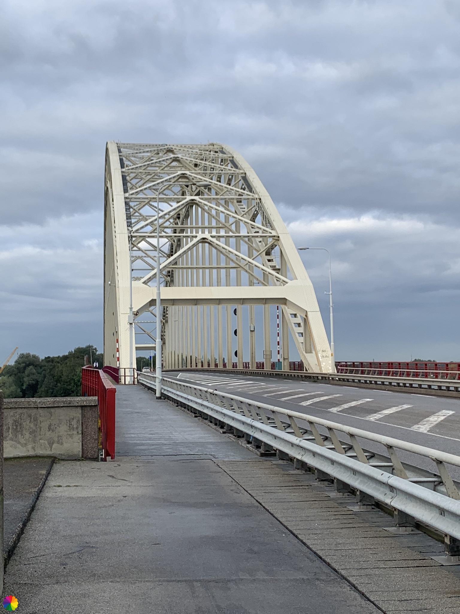 Over de brug bij Alblasserdam