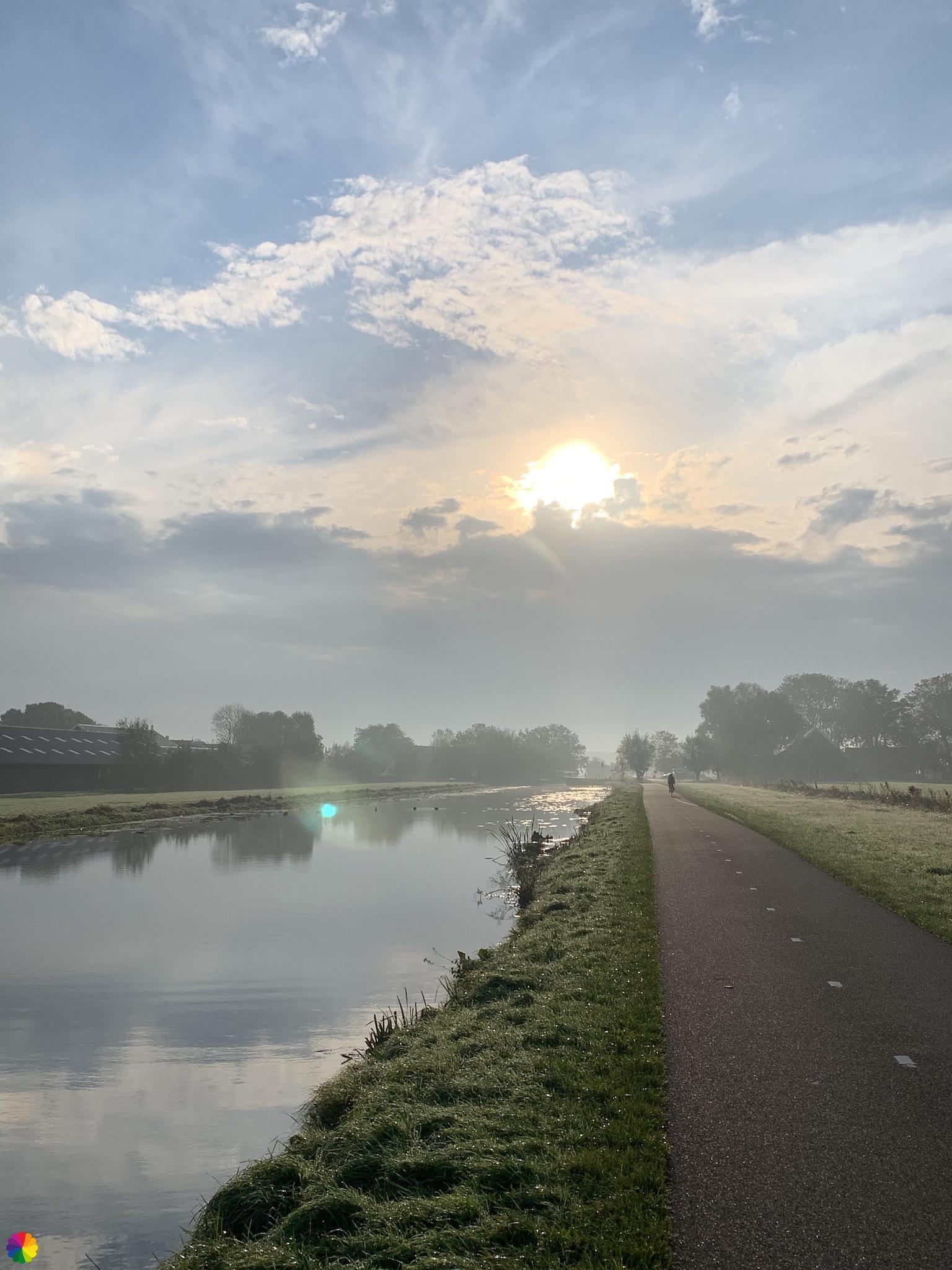 Bij zonsopkomst lopen langs de Molenvliet