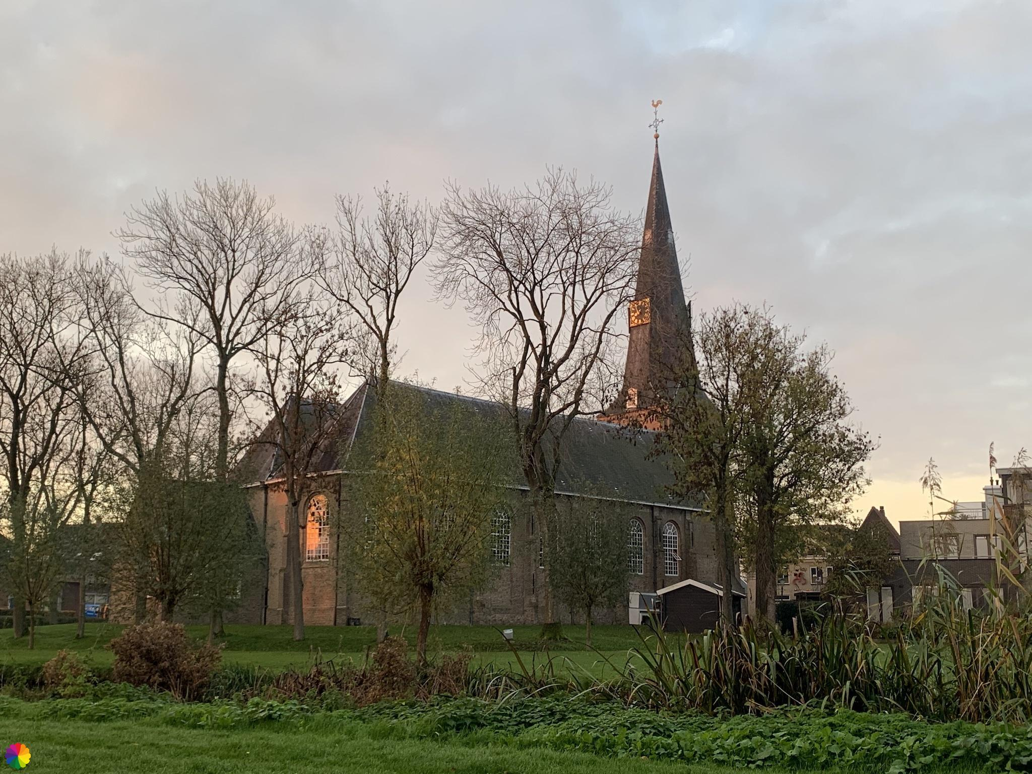 Kerk in Zevenhuizen bij zonsopkomst