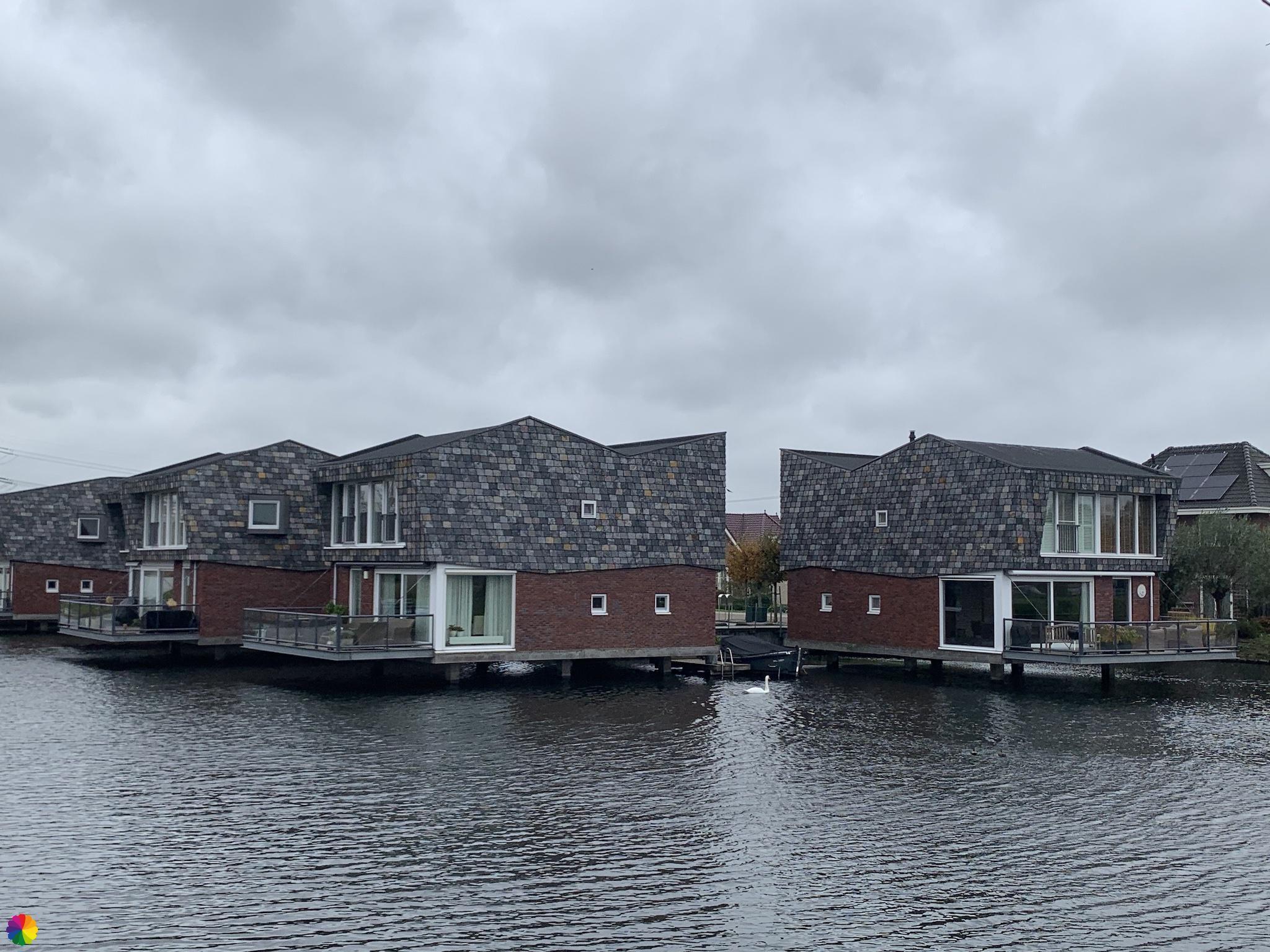 Meer huizen aan het water in Nesselande