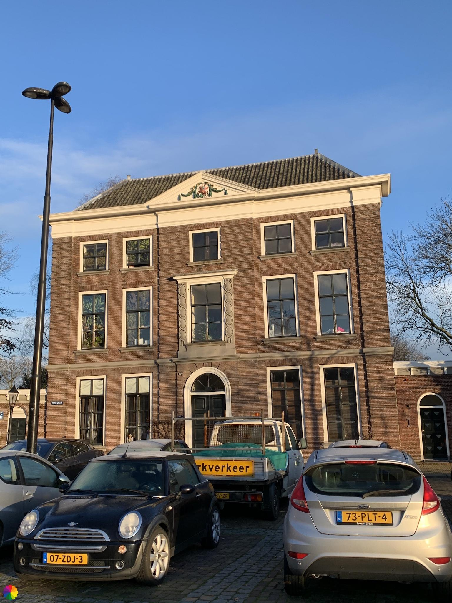 Statig gebouw aan het Doelenplein in Schoonhoven
