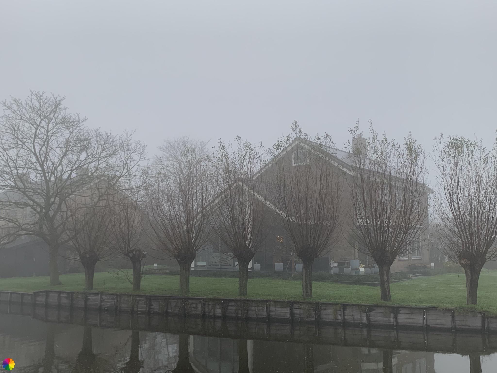 Vaart en huis in de mist