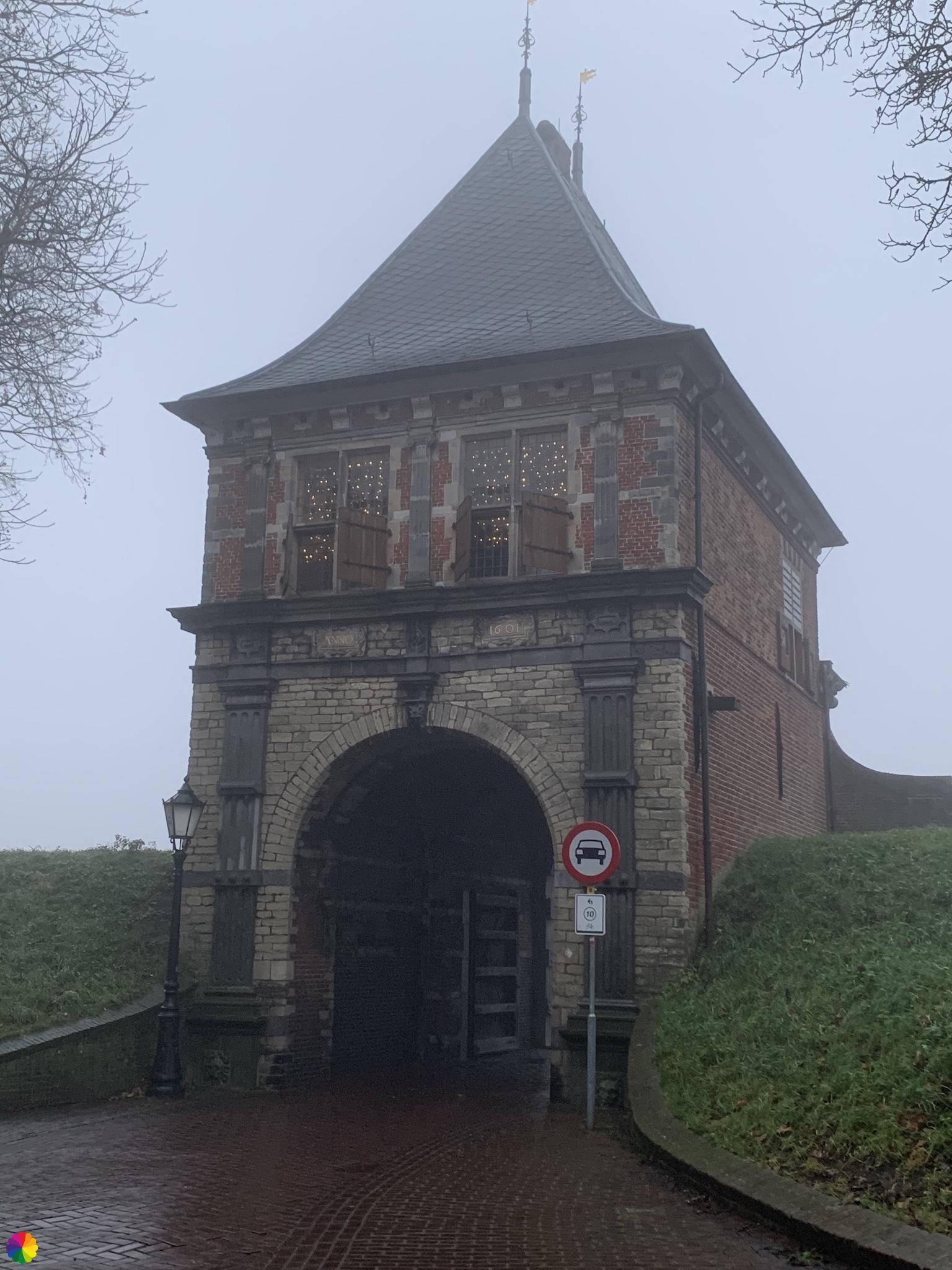 Veerpoort Schoonhoven bij mist
